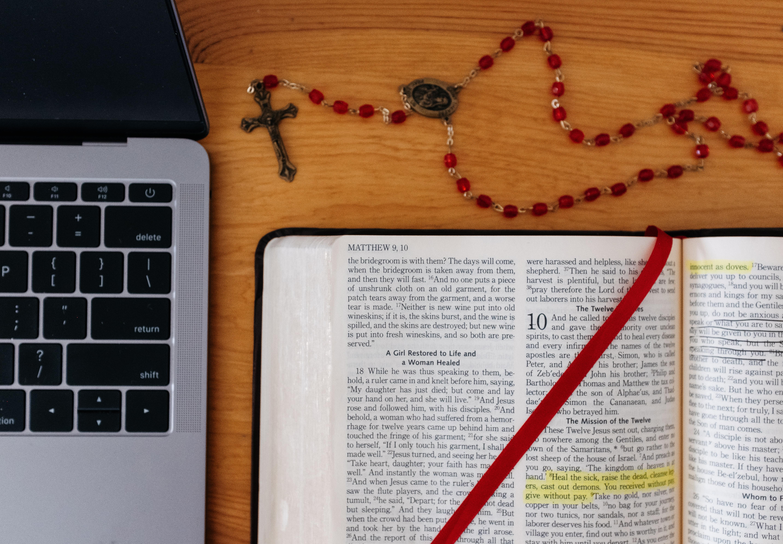 На хартия или на екран: Как четем повече Библията?
